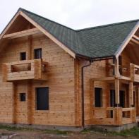 Дом из профилированного бруса с верандой и балконами