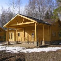 Дом из клееного бруса полутороэтажный цвета дерева