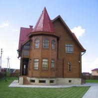 Дом из клееного бруса с мансардой на третьем этаже и эркером