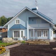 Дом из клееного бруса двухэтажный небесно-голубого цвета с балконом